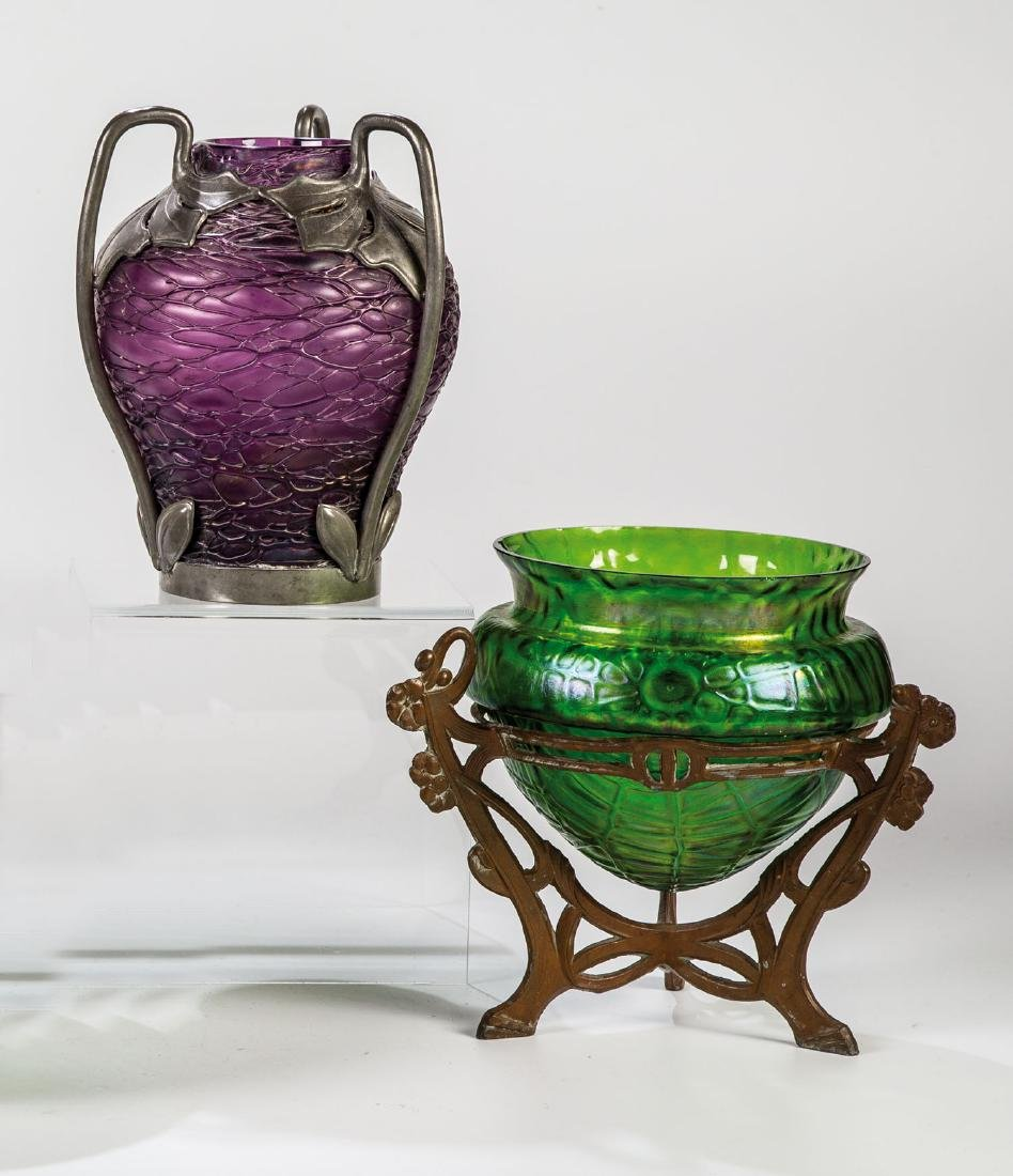 Zwei Vasen mit Metallmontierung