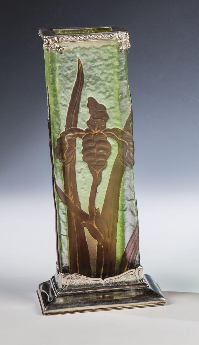 Vierkantvase mit Schwertlilie