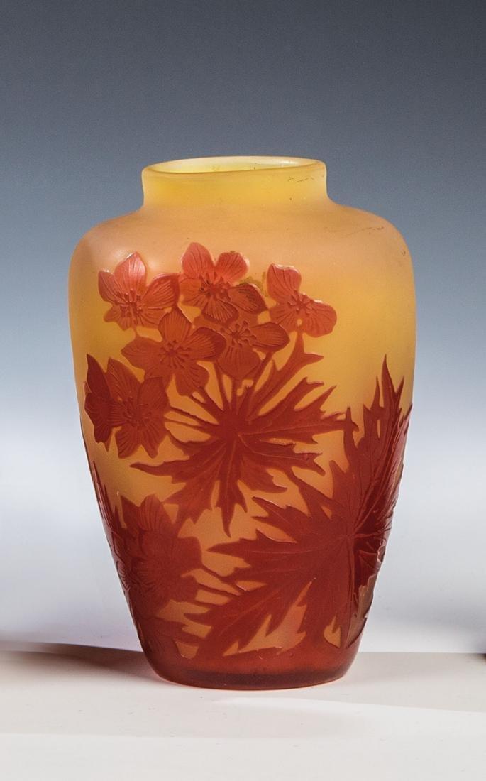 Kleine Vase mit Blüten