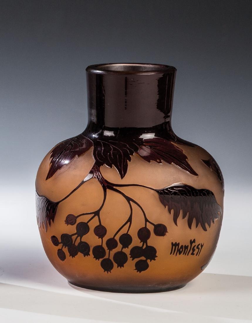 Vase mit Beerenzweig