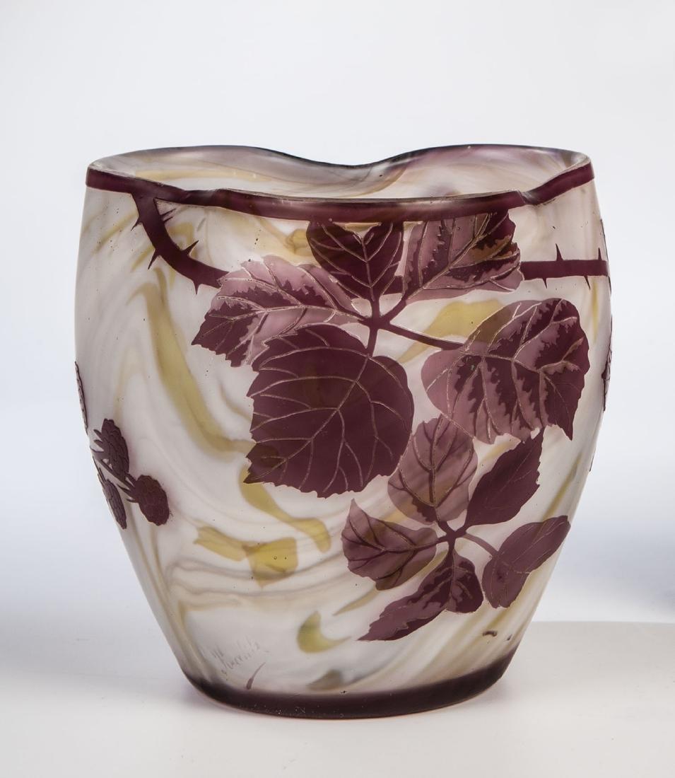 Vase mit Brombeerzweig