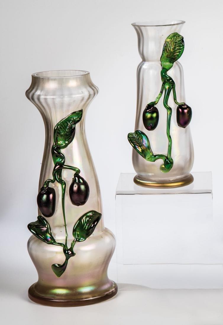 Zwei Vasen mit Zwetschgen