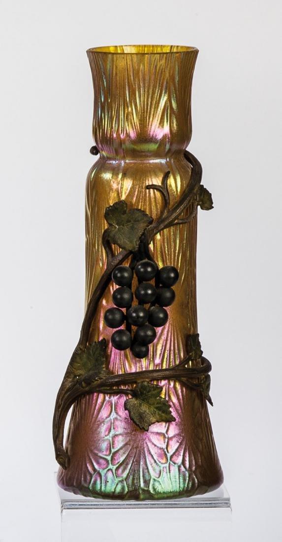 Vase mit Metallaplikation