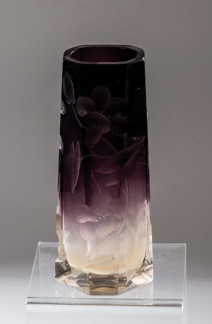 Vase mit Blütenzweigen