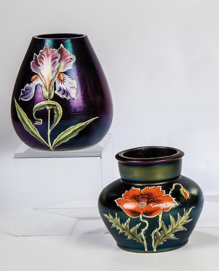 Zwei kleine Vasen mit Frauenschuh und Mohn
