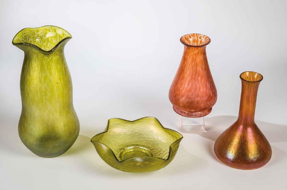 Drei Vasen und eine Schale