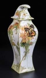 Seltene Deckelvase mit Schmetterling