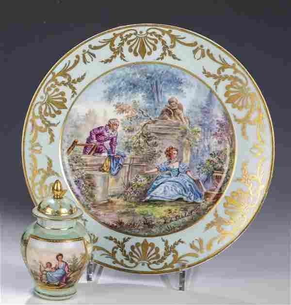 Teller mit Watteaumalerei und kleine Deckelvase