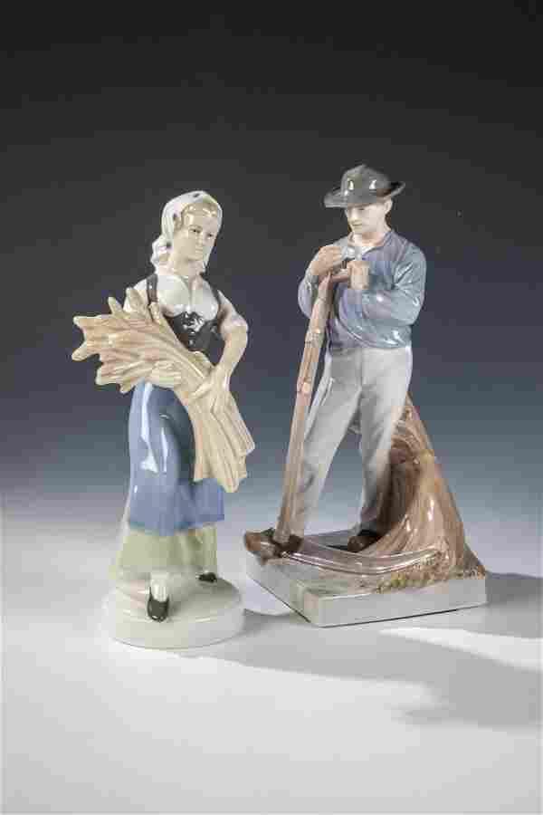 Bauer mit Sense und Bäuerin mit Getreidegarbe