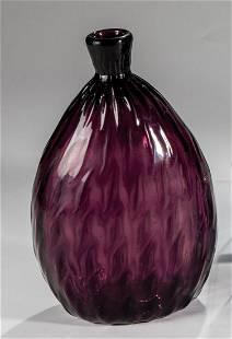 Beutelflasche aus violettem Glas