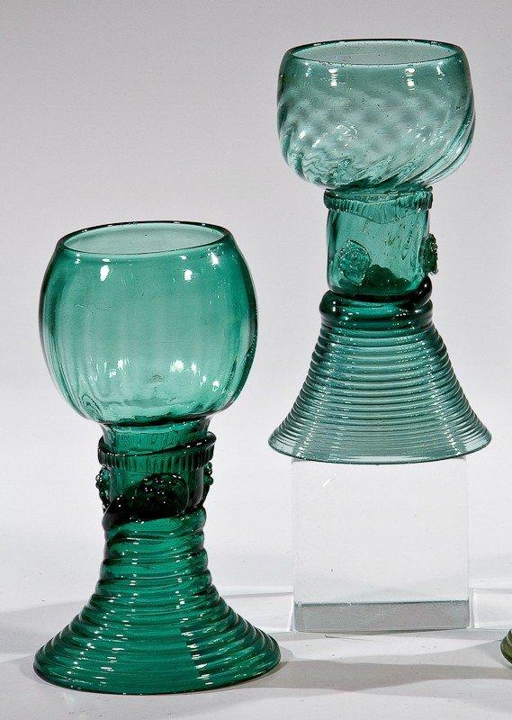 7: Zwei Römer Deutsch, 18. Jh. Grünes Glas mit Abriss.