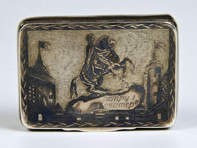 22: A silver-gilt and niello snuff box. Oblong with rou