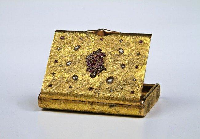 40: A jewelled gold Samorodok cigarette case. Rectangul