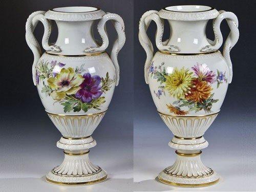 14: Vasenpaar mit Schlangenhenkel