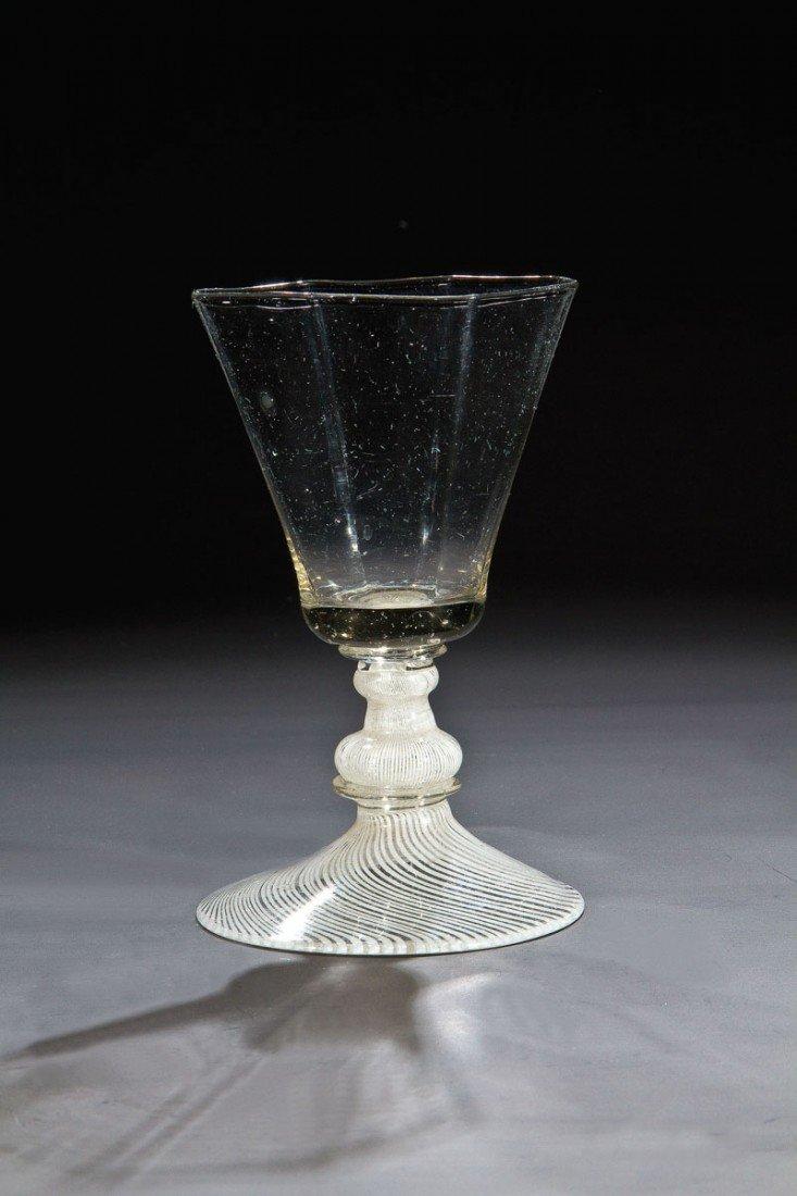 1: Seltenes Kelchglas