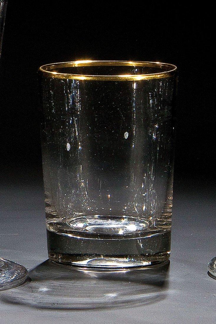 17: Zylinderbecher mit Goldrand und Löwenmarke