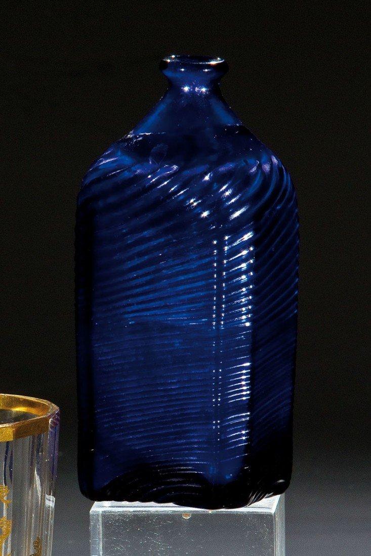24: Rechteckflasche aus kobaltblauem Glas