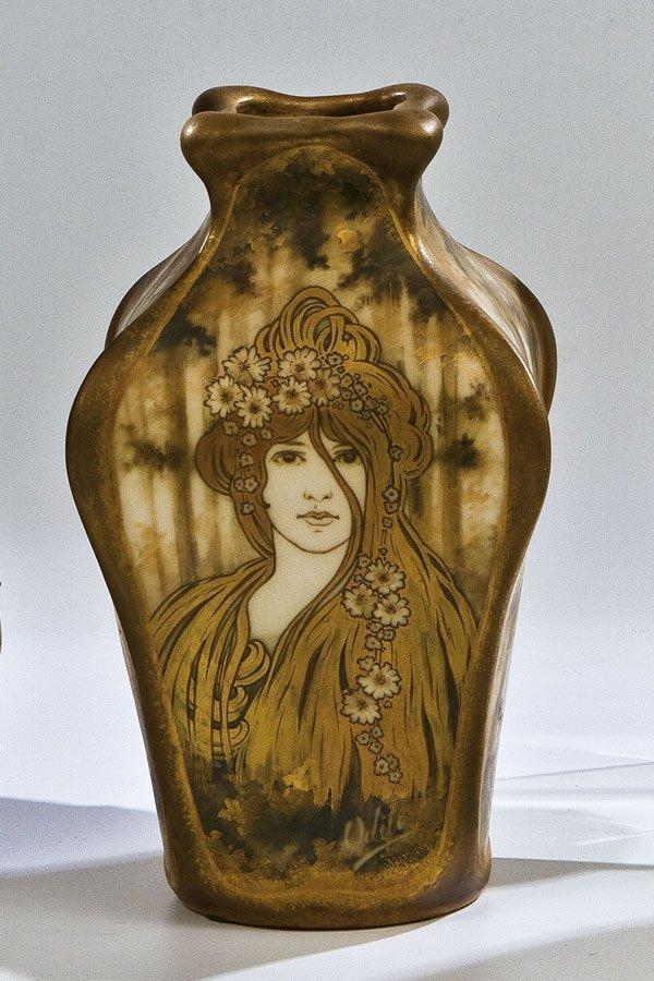 115: Vase mit Frauenfigur