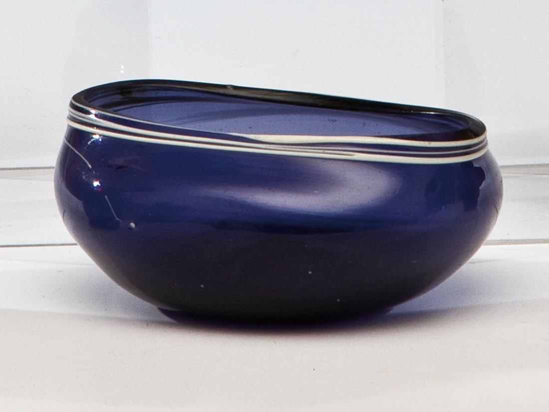 17: Seltenes Maigelein aus blauem Glas