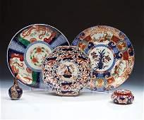 Drei große Imari-Teller, Enghalsvase und Deckeldose