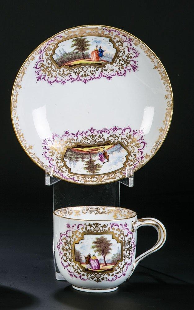 Tasse und Untertasse mit Watteaumalerei