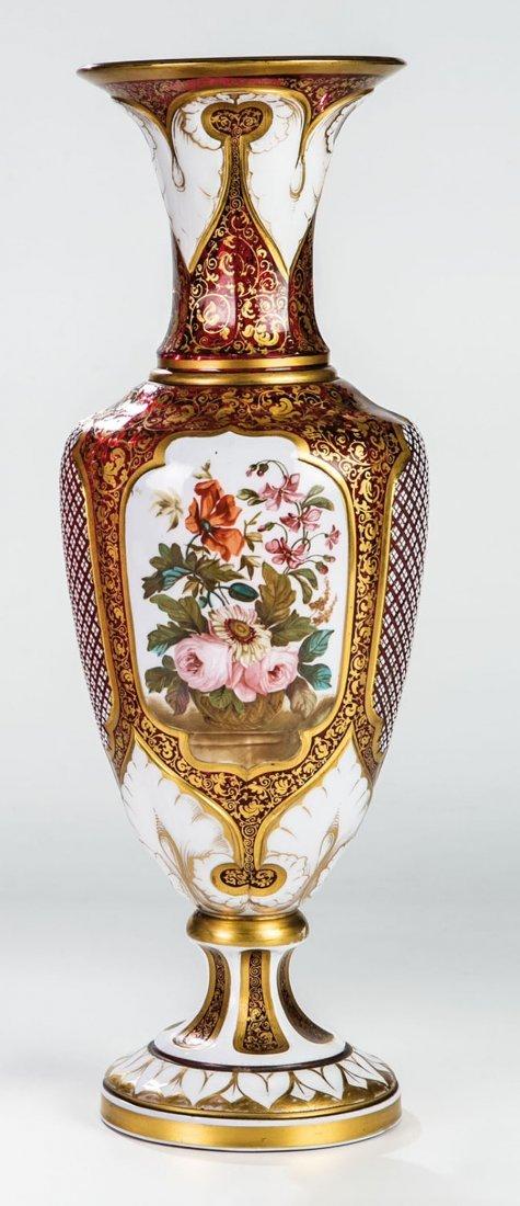Balustervase mit Blumengebinden