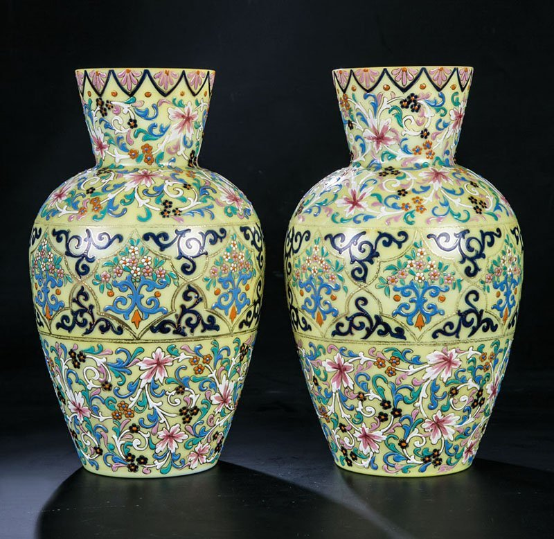 Vasenpaar mit islamisierendem Floraldekor