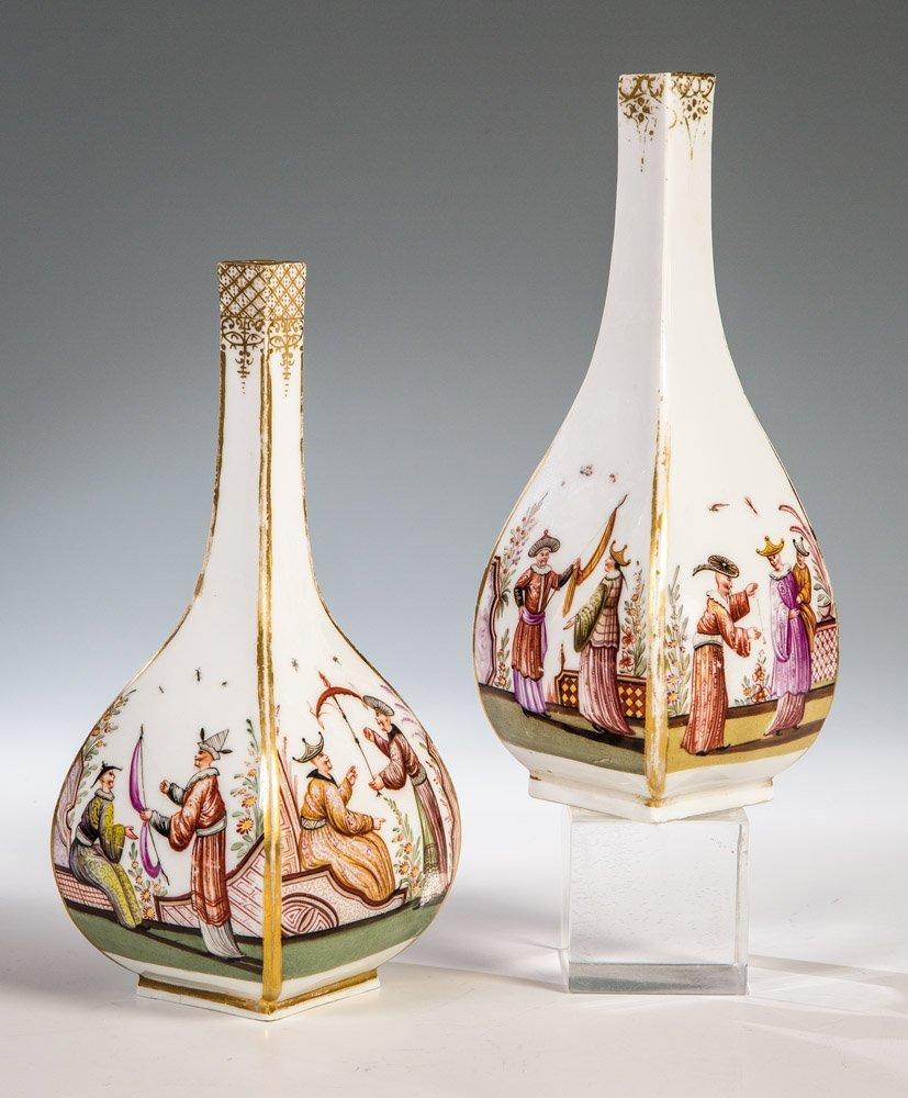 Bedeutendes Paar Sake - Flaschen  mit Chinoiserie