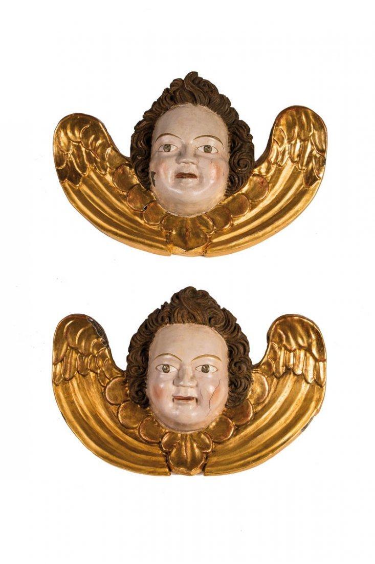 Zwei geflügelte Engelköpfe