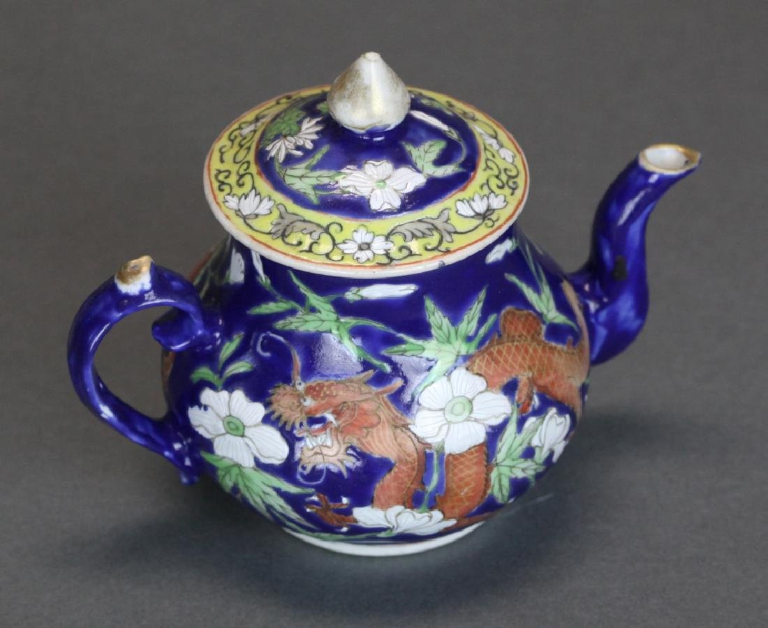 Chinese porcelain teapot w/ cover, Qing dynasty