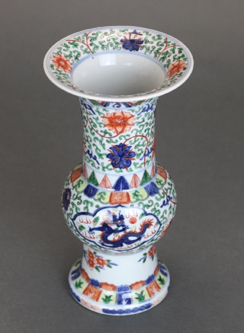 Chinese wucai porcelain beaker vase, Qing dynasty