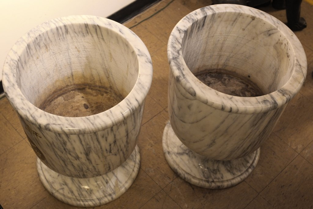 pair of classical-style marble vases - 3