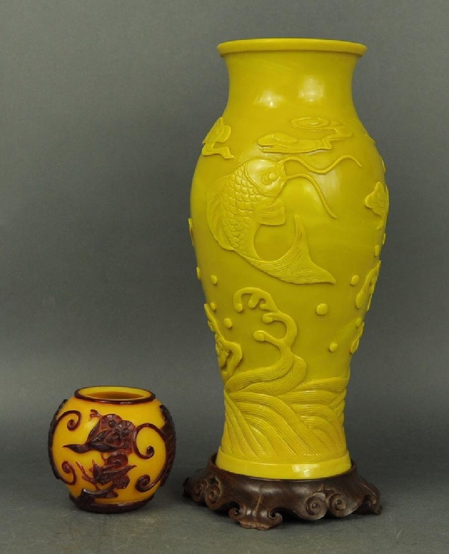 two Chinese peking glass vases
