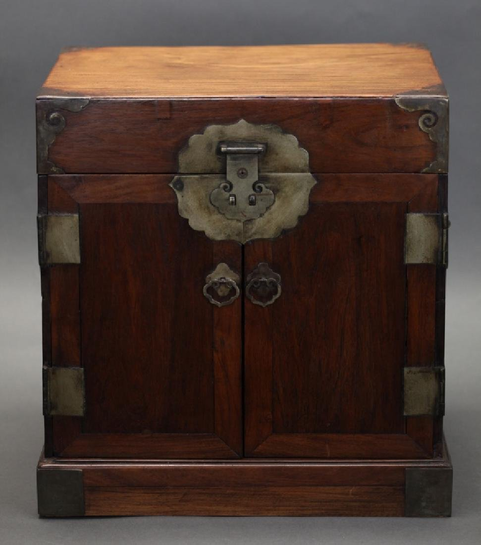 Chinese huanghuali cabinet, 17th/18th c.