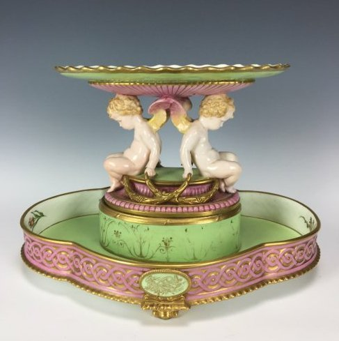 A LARGE FRENCH SAMSON PORCELAIN CENTERPIECE