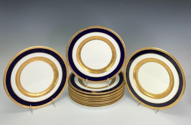 A SET OF 12 ENGLISH PORCELAIN DINNER PLATES