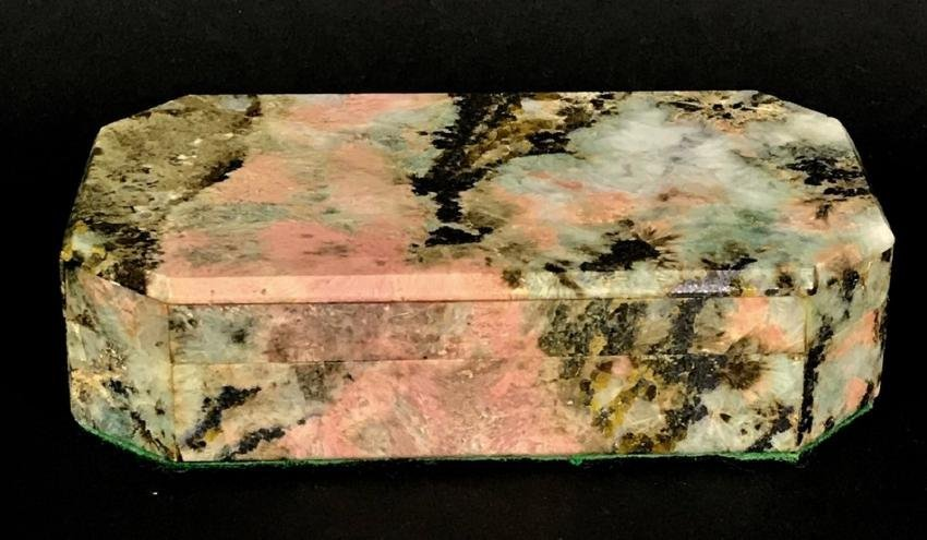 A FINELY CARVED AGATE AND DORE BRONZE BOX