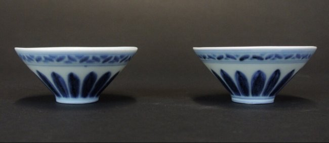 A PAIR OF KANGXI BLUE AND WHITE PORCELAIN TEA BOWLS