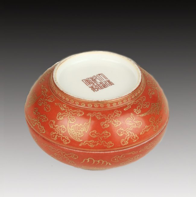 19TH CENTURY CHINESE PORCELAIN BOX ON WOOD STAND - 3