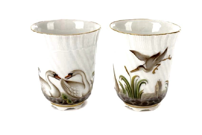A PAIR OF 19TH C. SWAN PATTERN MEISSEN CUPS
