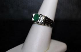 Beautiful Emerald & Diamond Ring. (295J)