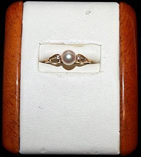 Lady's Pearl with Diamond Chips Gold Ring.