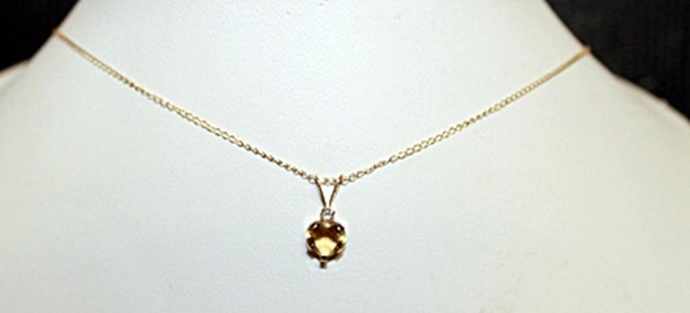 Beautiful White Sapphire with 10kts Gold Necklace.