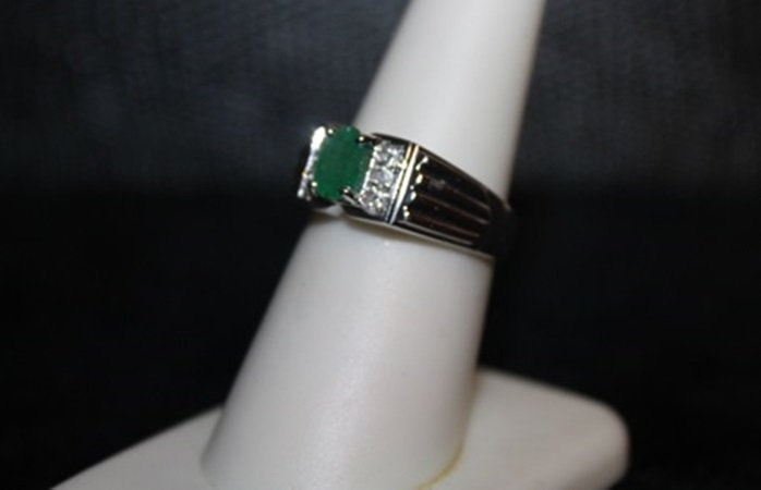 Beautiful Emerald & Diamond Ring. (295J)