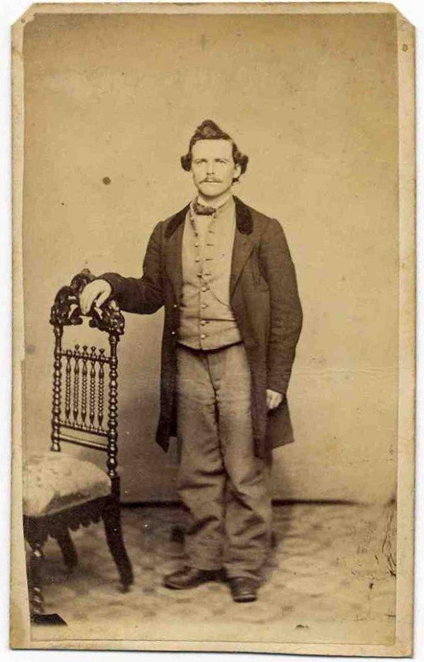 1578: Civil War CDV Uniformed Soldier Photo Picture