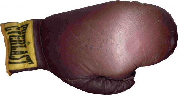 11: Sugar Ray Robinson Signed Boxing Glove PSA/DNA