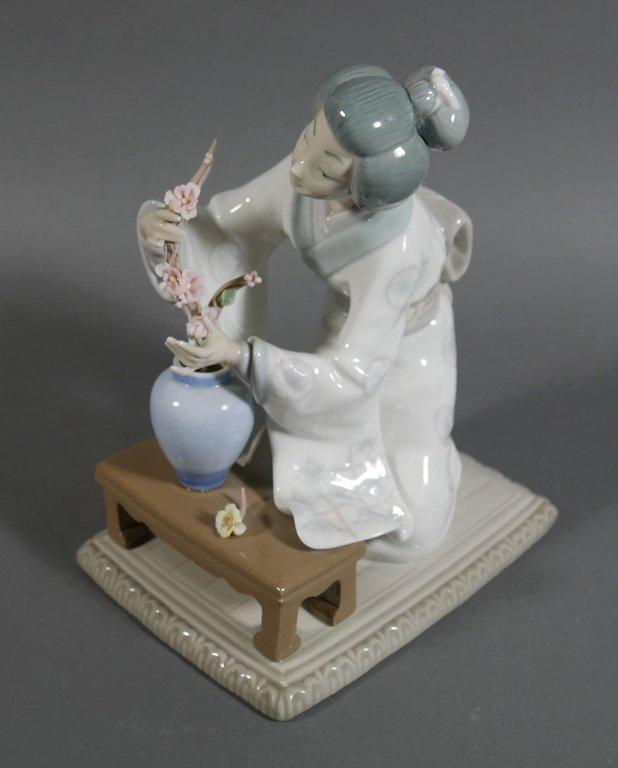 Lladro GEISHA Flower Arranger #4840 Figurine - 2