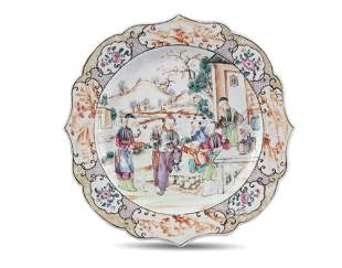 A LOBED CHINESE EXPORT 'MANDARIN' PORCELAIN PLATE
