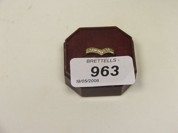 963: An 18ct Yellow Gold Channel Set Diamond Ring, 11 V