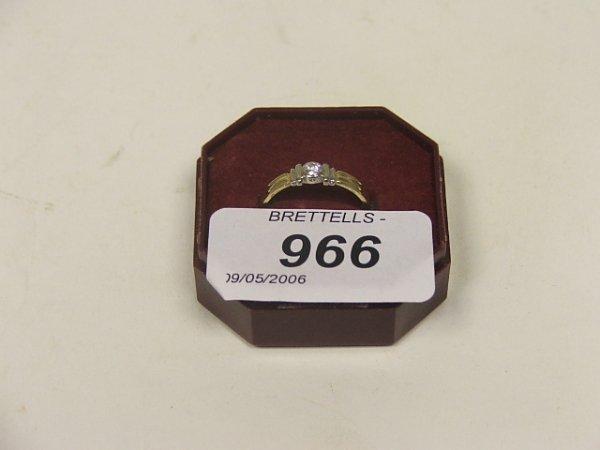 966: An 18ct Yellow Gold Diamond Ring, 2.6g